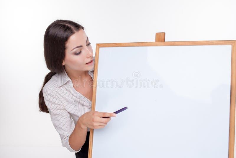 Jeune femme d'affaires montrant l'enseigne vide dessus photo libre de droits