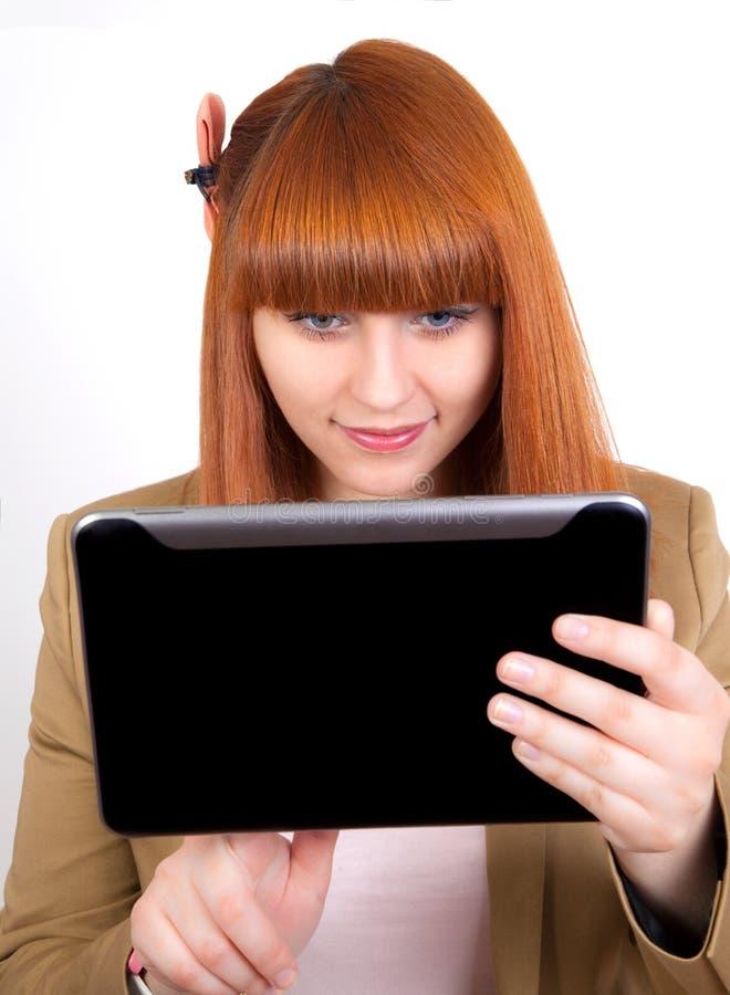 Jeune femme d'affaires observant sur le PC de tablette images stock