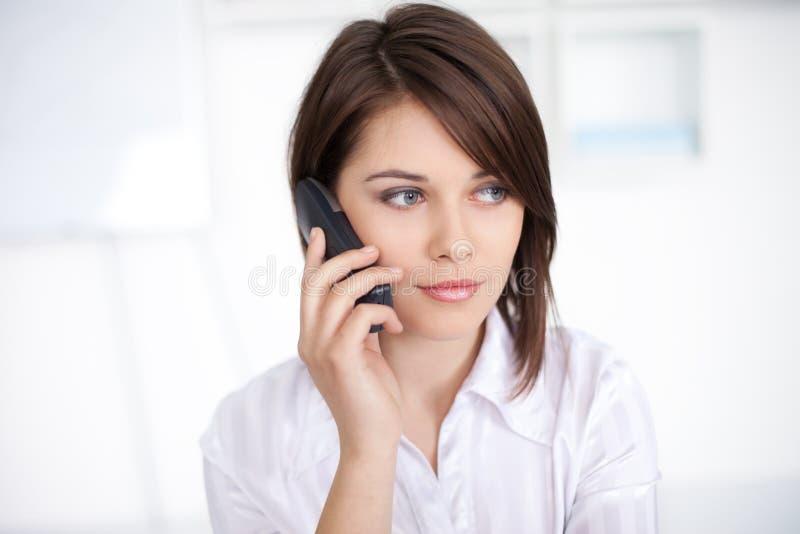 Jeune Femme D Affaires Parlant De L Appel Téléphonique Photographie stock