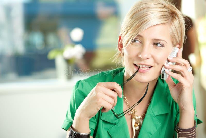 Jeune femme d'affaires parlant sur le mobile image libre de droits