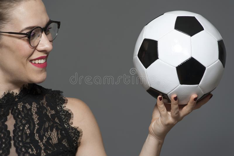 Jeune femme d'affaires positive en verres tenant la boule disponible images stock