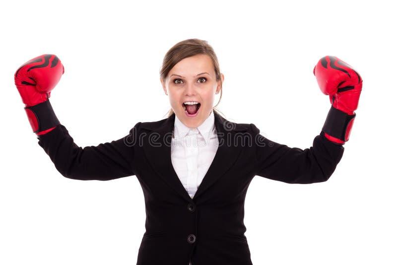 Jeune femme d'affaires réussie célébrant les gants de boxe de port photos stock