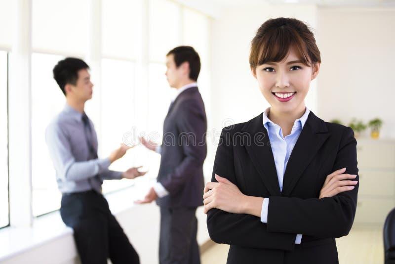 Jeune femme d'affaires restant dans le bureau photographie stock libre de droits
