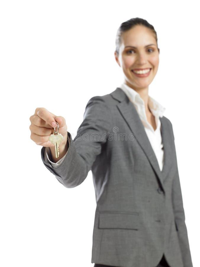 Jeune femme d'affaires retenant une clé photos stock