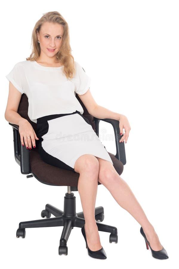 Jeune femme d'affaires s'asseyant dans une chaise de bureau photo libre de droits