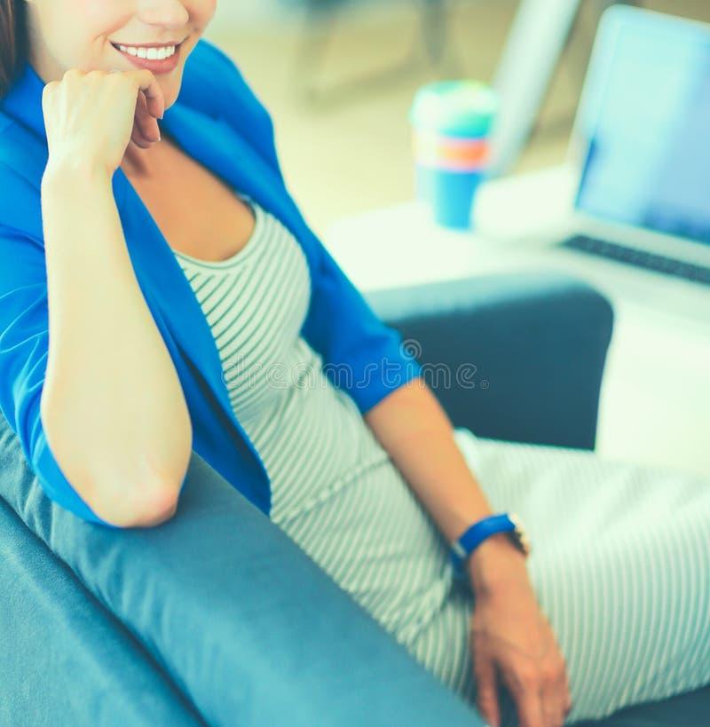 Jeune femme d'affaires s'asseyant sur le sofa images stock