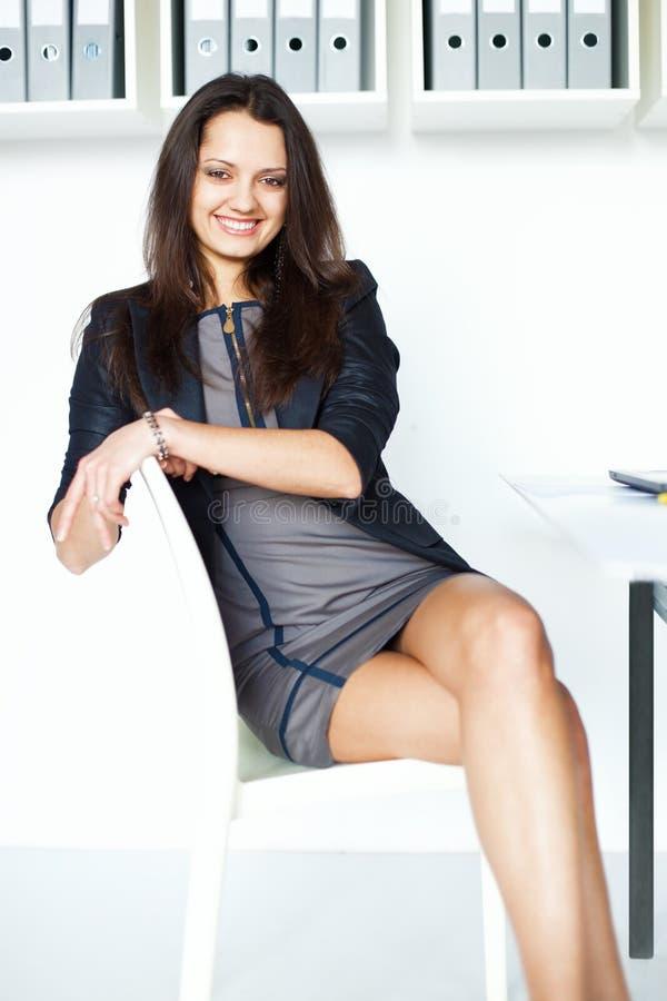 Jeune femme d'affaires s'asseyant sur une chaise images libres de droits