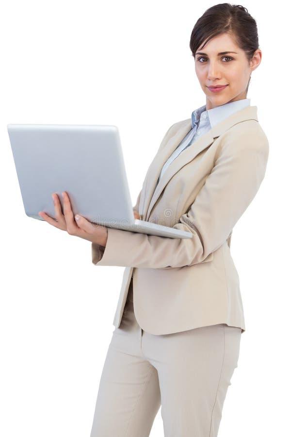 Jeune femme d affaires sûre avec l ordinateur portable