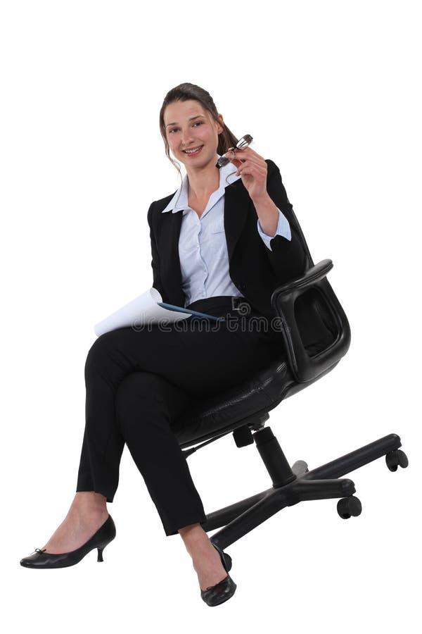 Jeune femme d'affaires sûre photographie stock libre de droits