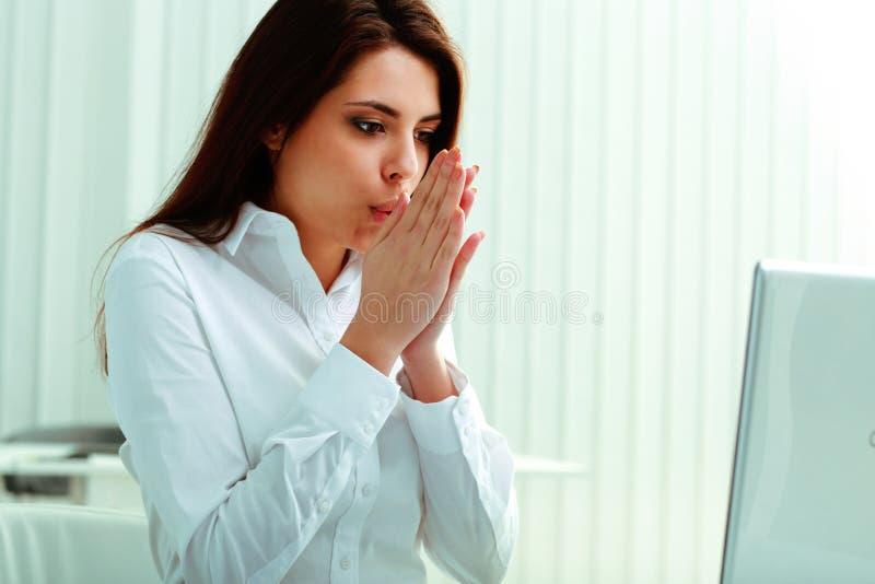 Jeune femme d'affaires se sentant freezy images stock