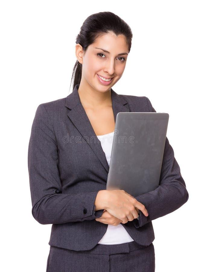 Jeune femme d'affaires se tenant avec l'ordinateur portable photos libres de droits