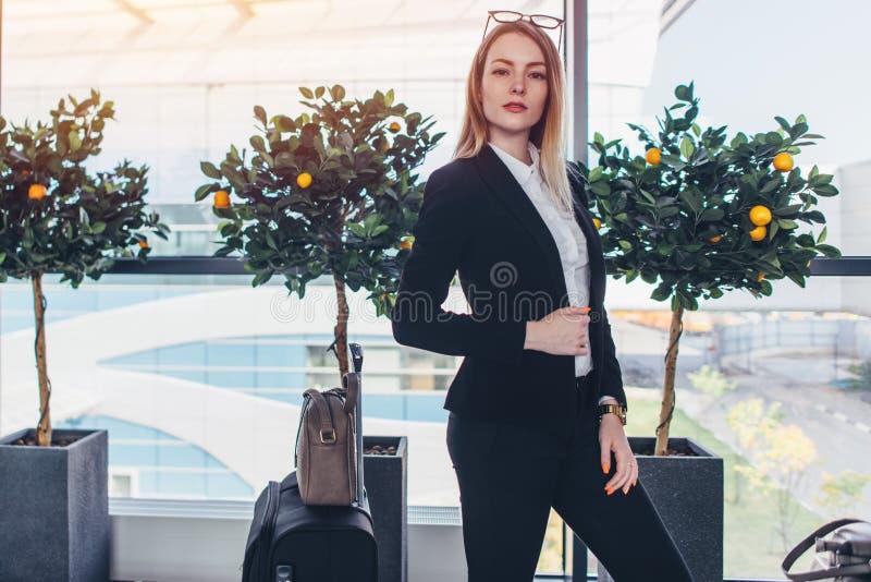 Jeune femme d'affaires se tenant dans l'aéroport images libres de droits
