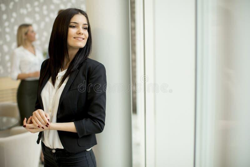 Jeune femme d'affaires se tenant dans le bureau moderne image libre de droits