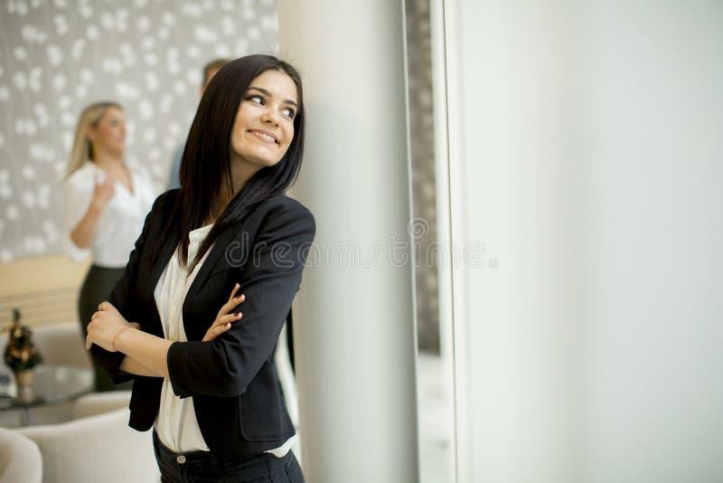 Jeune femme d'affaires se tenant dans le bureau moderne photographie stock