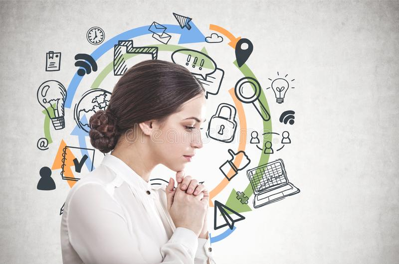 Jeune femme d'affaires songeuse, icônes d'ordinateur image libre de droits