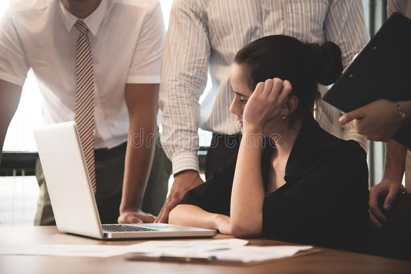 Jeune femme d'affaires soumise à une contrainte pensant et faisant un brainstorm image stock