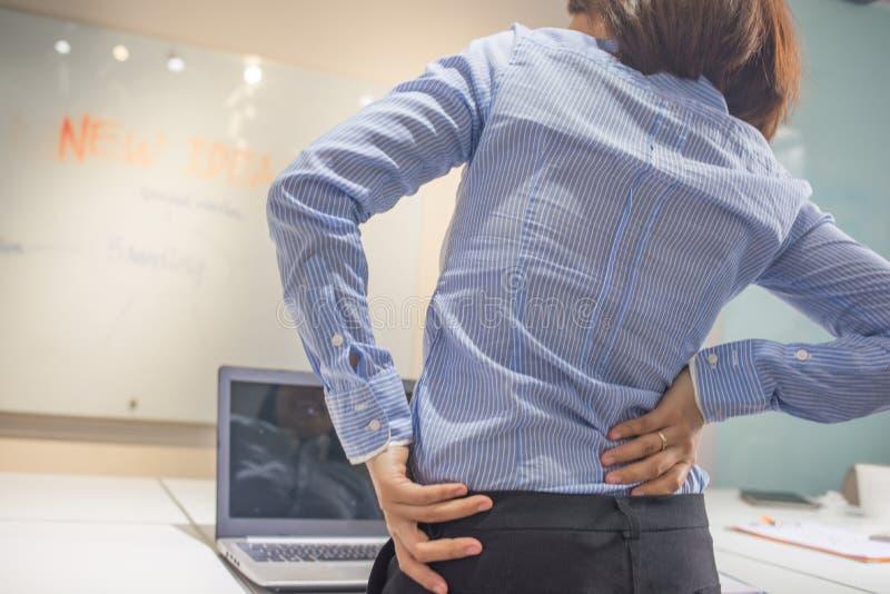Jeune femme d'affaires Suffering From Backache dans le bureau photo stock