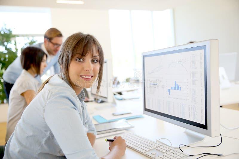 Jeune femme d'affaires sur l'ordinateur photo stock