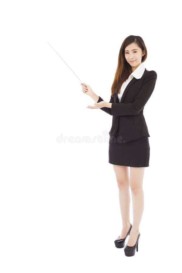 Jeune femme d'affaires tenant un bâton sur la présentation photographie stock libre de droits