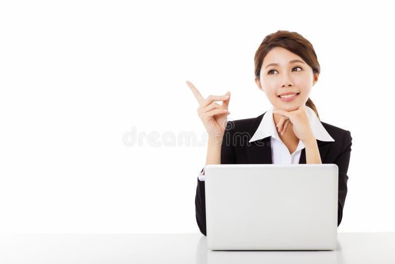 jeune femme d'affaires travaillant avec l'ordinateur portable et le pointage photographie stock libre de droits