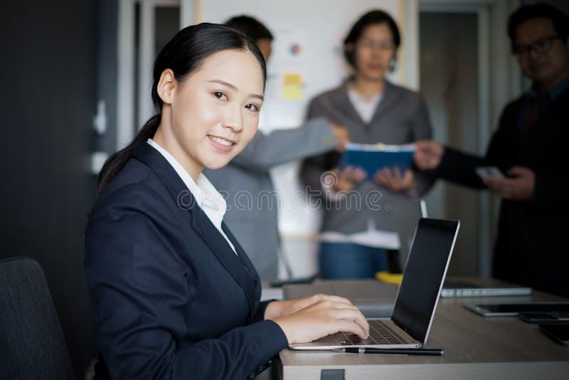 Jeune femme d'affaires travaillant avec le bureau mobile d'ordinateur portable et de documentsin, concept d'affaires photographie stock libre de droits