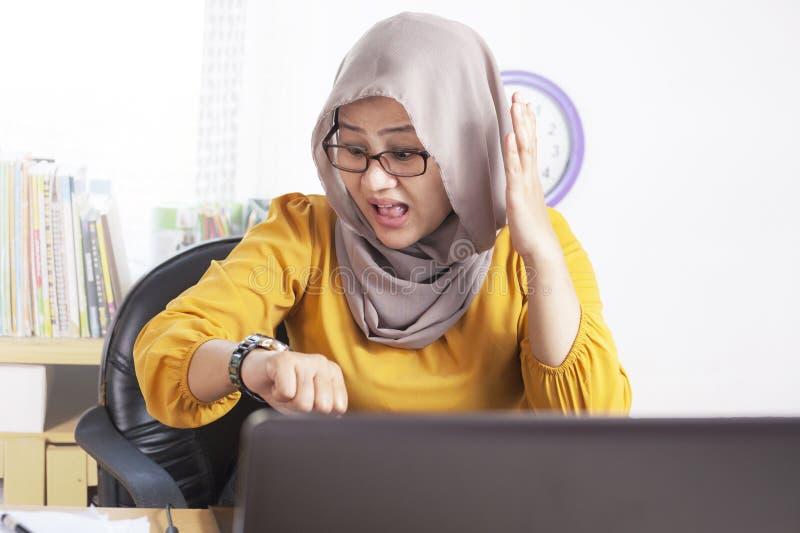 Jeune femme d'affaires Worried par temps, effort de date-butoir de travail images libres de droits