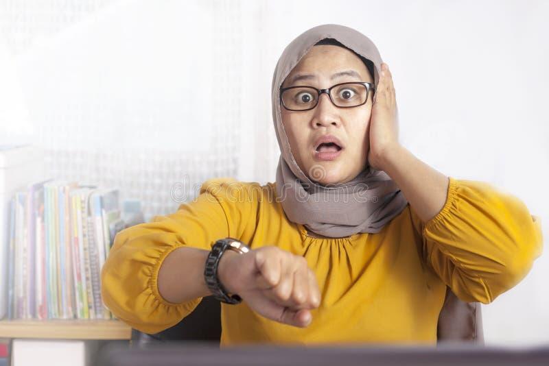 Jeune femme d'affaires Worried par temps, effort de date-butoir de travail photographie stock