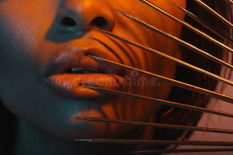 Jeune femme d'afro-américain avec les aiguilles dangereuses photo libre de droits