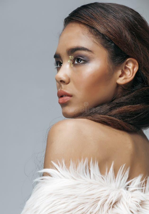 Jeune femme d'afro-américain de beauté avec la mode photographie stock