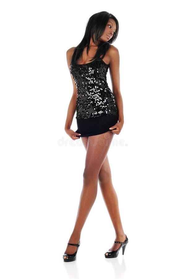 Jeune femme d'Afro-américain portant une robe courte image stock