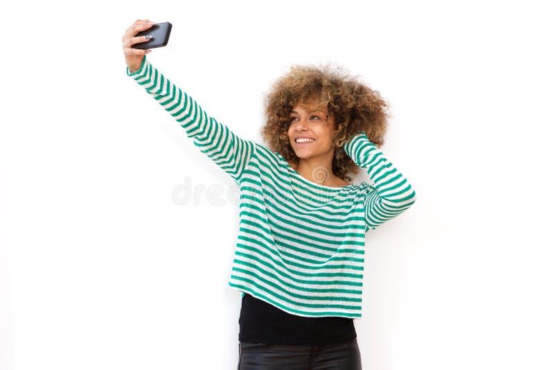 Jeune femme d'afro-américain prenant le selfie avec le téléphone portable images stock