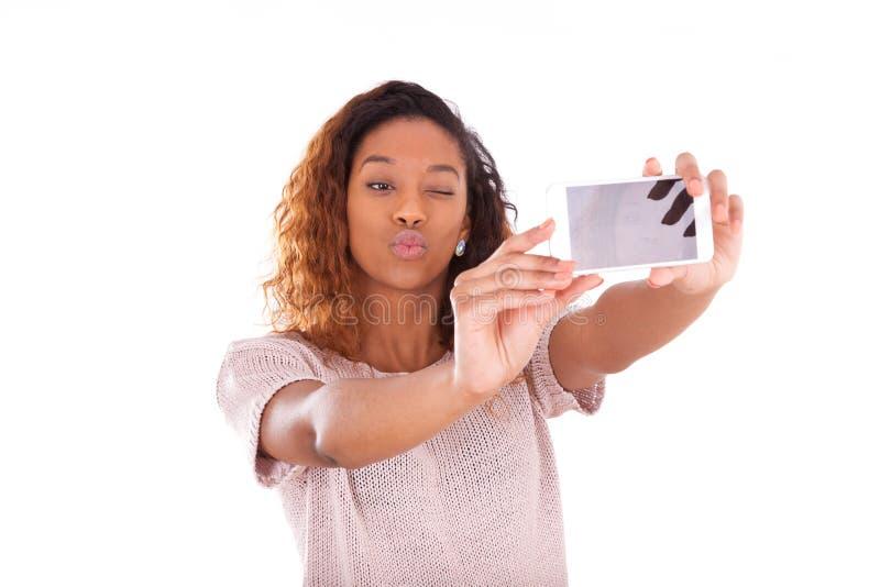 Jeune femme d'Afro-américain prenant un selfie photo stock