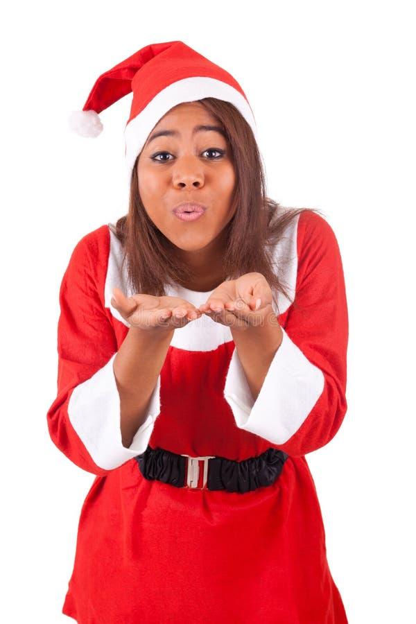 Jeune femme d'Afro-américain utilisant un chapeau de Santa image stock