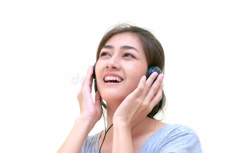 Jeune femme d'Asain écoutant la musique et tenant le hea photo libre de droits