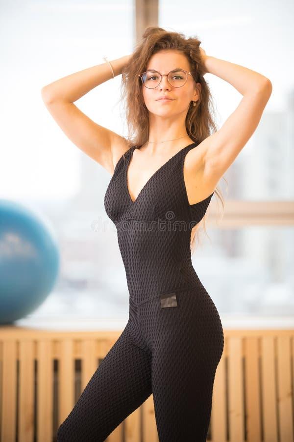 Jeune femme d'athl?te posant pour la photo au gymnase photo libre de droits
