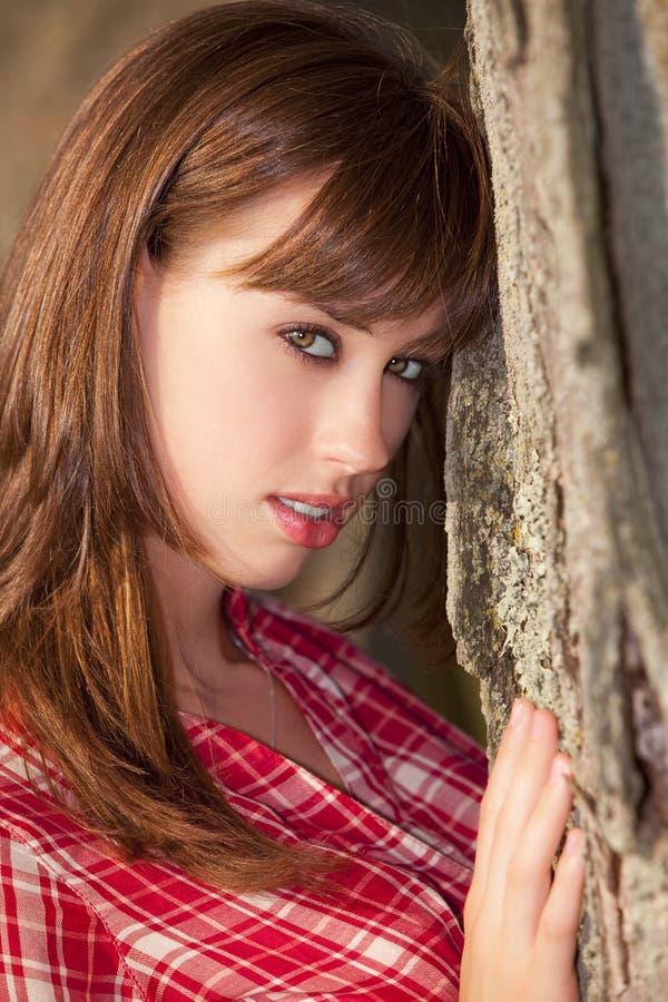 Jeune femme d'attraction photo stock