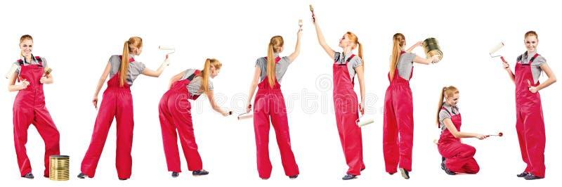 Jeune femme dans des combinaisons rouges avec des outils de peinture images stock