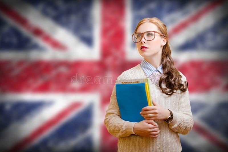 Jeune femme dans des fichiers de recopie en verre sur l'anglais photos stock