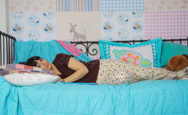 Jeune femme dans des pyjamas photo libre de droits