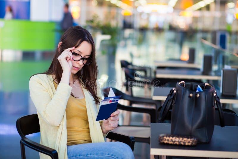 Download Jeune Femme Dans L'aéroport Image stock - Image du dame, gracieux: 76078719