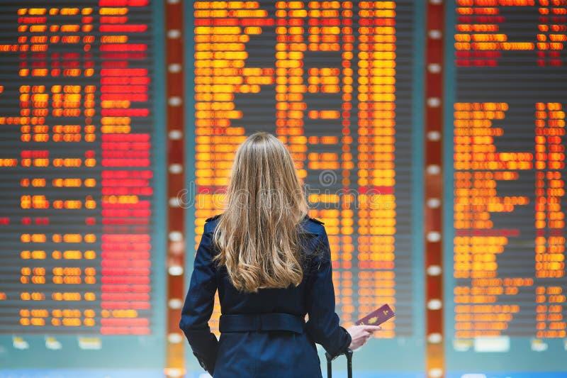 Jeune femme dans l'aéroport international photo libre de droits