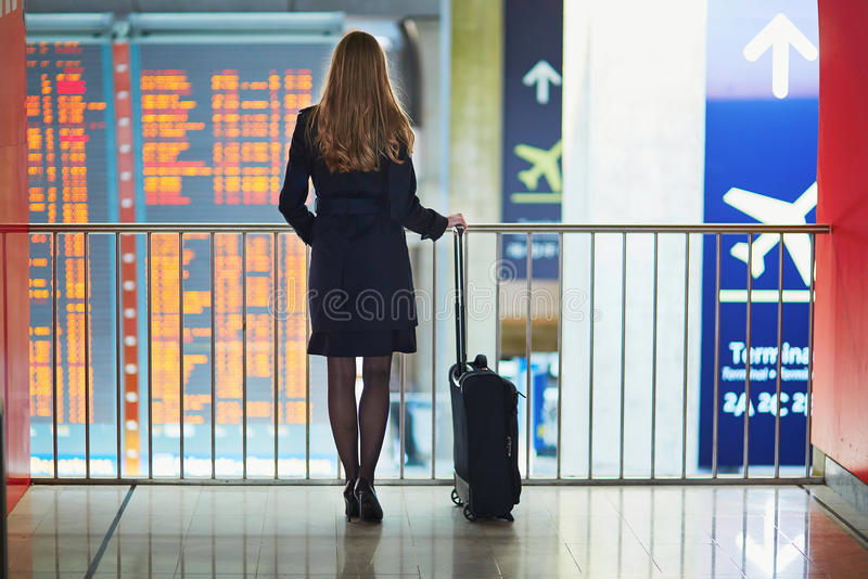 Jeune femme dans l'aéroport international photos libres de droits