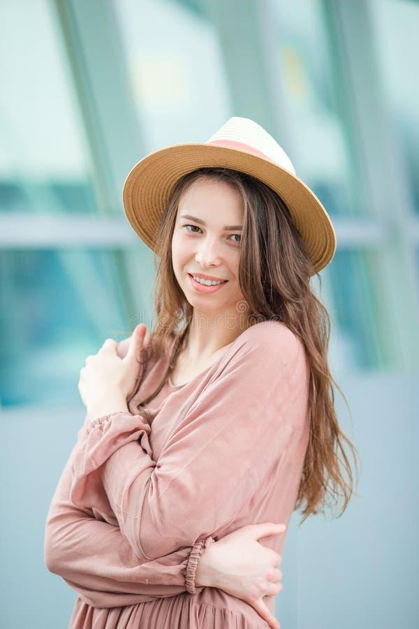 Jeune femme dans l'aéroport international Portrait de belle fille de touristes dans le chapeau prêt à voler photographie stock
