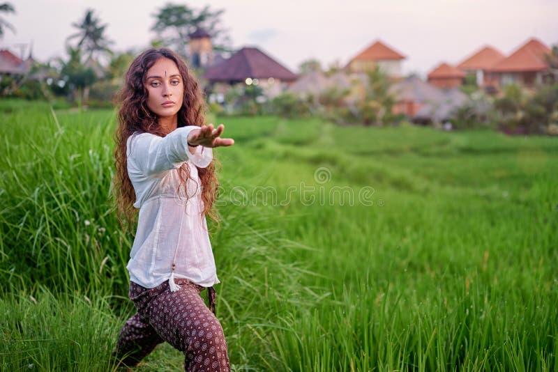 Jeune femme dans l'asana photographie stock libre de droits