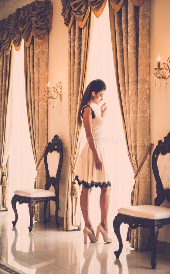 Jeune femme dans l'intérieur de luxe de maison images stock