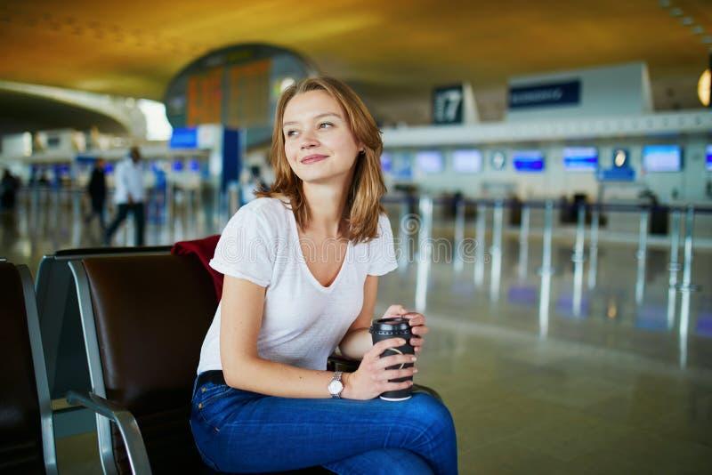 Jeune femme dans l'a?roport international photo stock