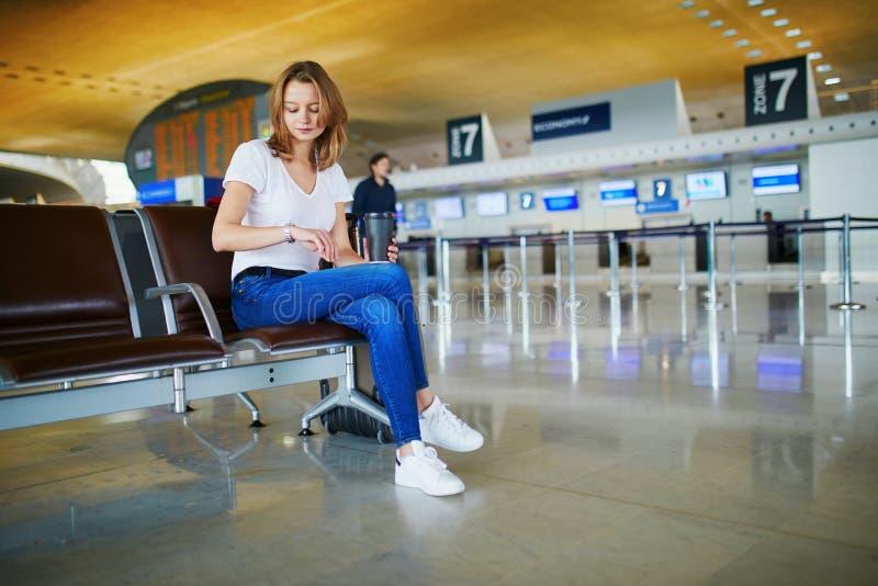 Jeune femme dans l'a?roport international photos libres de droits