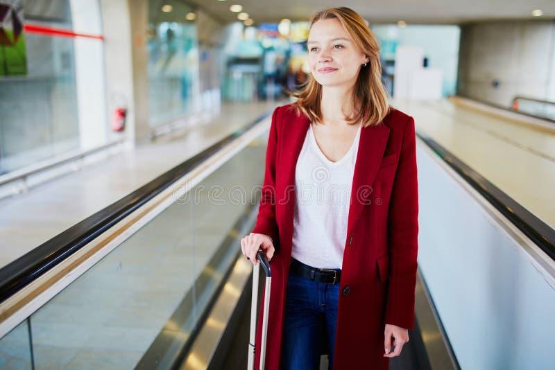 Jeune femme dans l'a?roport international avec le bagage image libre de droits