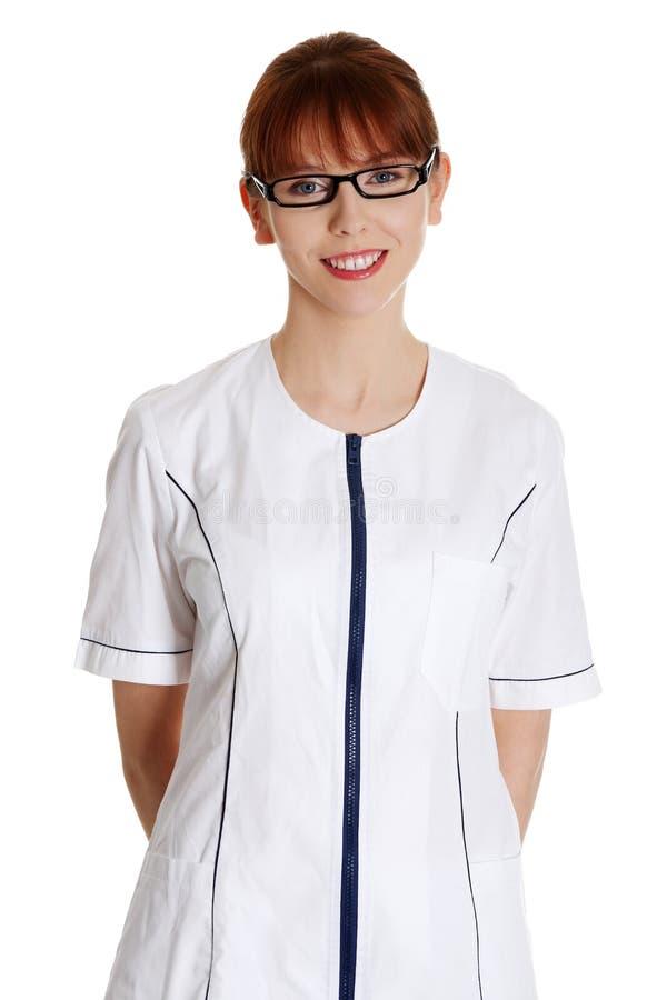 Jeune femme dans l'uniforme de membre du personnel soignant images stock