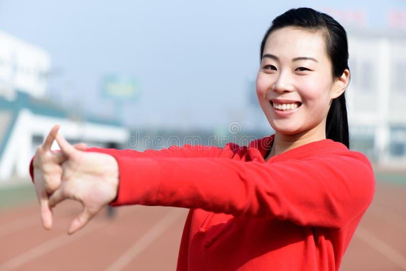 Jeune femme dans l'usage de sport faisant le sport photo libre de droits